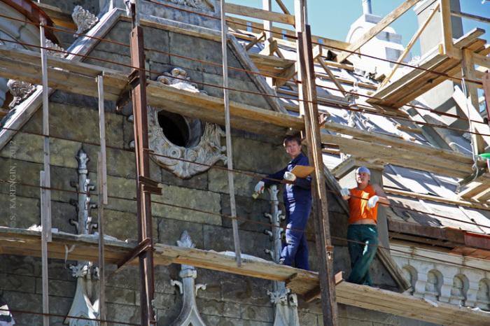 Строительство замка ведется с 2007 года, и пока он не сдан в эксплуатацию («Замок Гарибальди», с. Хрящевка). | Фото: goldvoice.club.