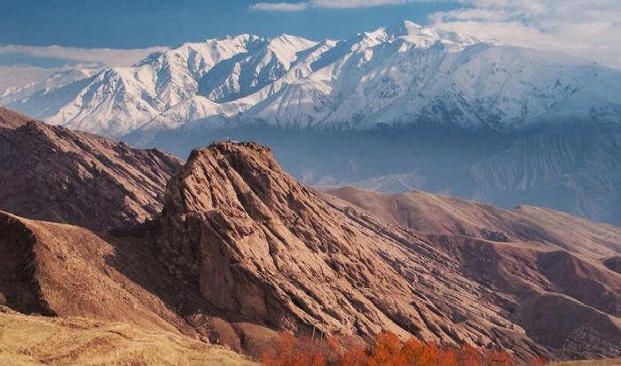 Время не пощадило некогда мощную цитадель на вершине утеса (Замок Аламут, Иран). | Фото: boredpanda.com.