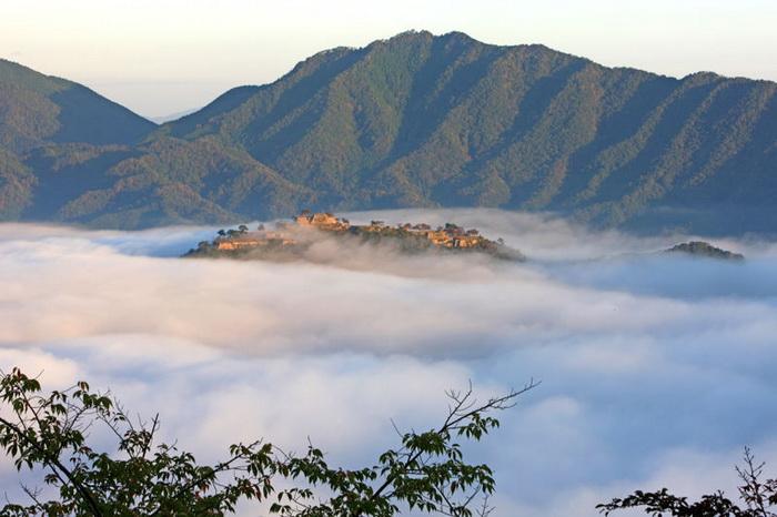 Вот так замок Такеда выглядит в сезон туманов (Хего, Япония). | Фото: fotostrana.ru.