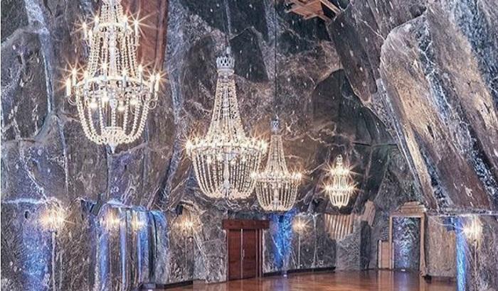 Огромные соляные люстры украшают галереи и гроты всего подземного города.