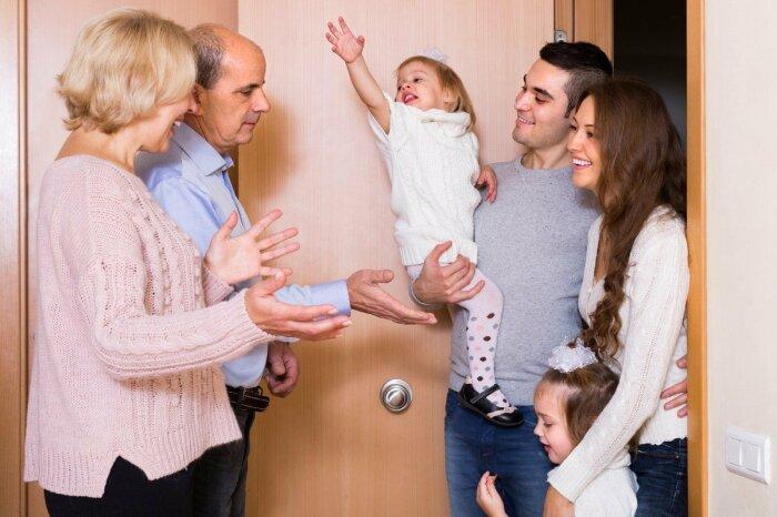 Когда дедушка с бабушкой рядом, им всегда можно подбросить детей на пару-тройку часов. | Фото: takprosto.cc.