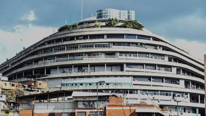 С 1985 года «El Helicoide» в Каракасе был занят разведывательными службами полиции Венесуэлы (тогда DISIP, теперь SEBIN). | Фото: bbc.com/russian.