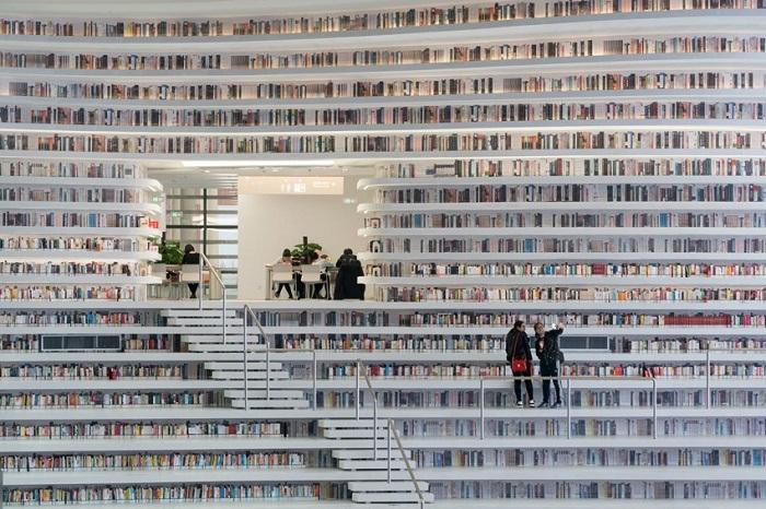 Необычное расположение читальных залов и  полок в Tianjin Binhai Library (Китай).