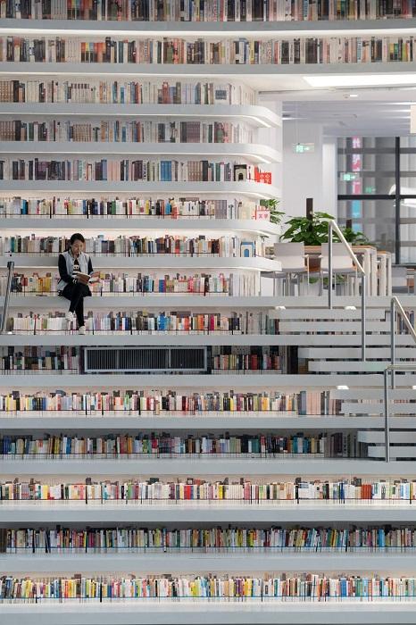 В такой библиотеке можно почитать прямо на полочке, где книга стояла(Tianjin Binhai Library).