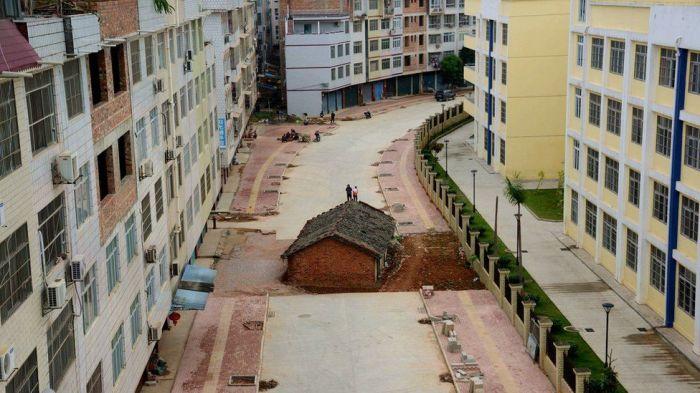 Дом-гвоздь посреди нового жилого квартала в городском округе Наньнин (Китай). | Фото: bbc.com.