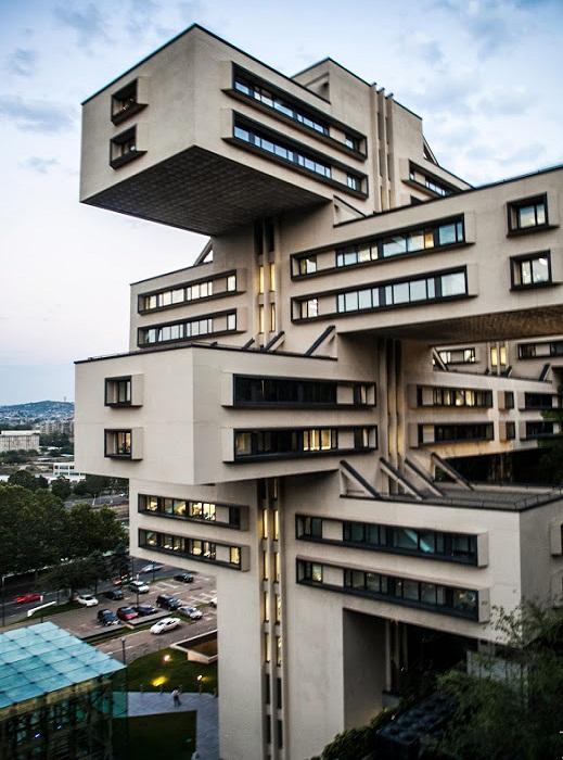 Неординарная архитектура здания Министерства автомобильных дорог Грузинской ССР (Тбилиси).