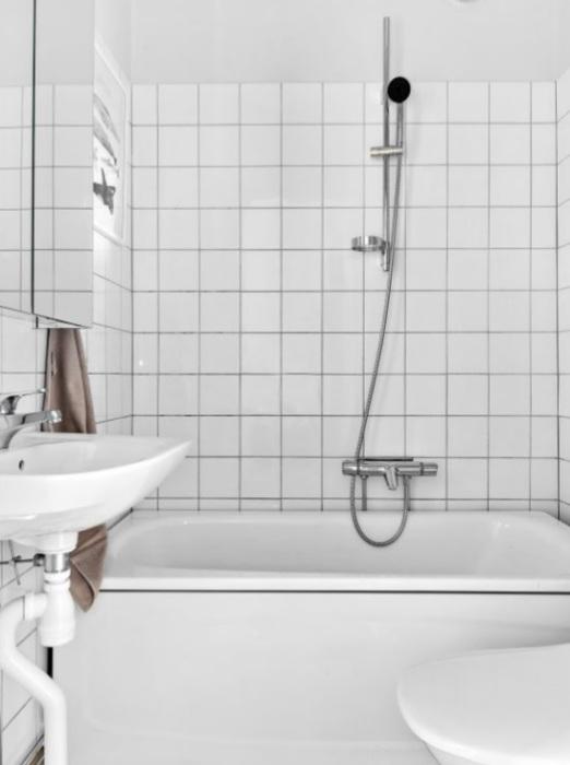 Миниатюрная ванная комната в квартире-студии тоже оформлена в белых тонах. | Фото: vk.com/ © kvartirastudia_ru.