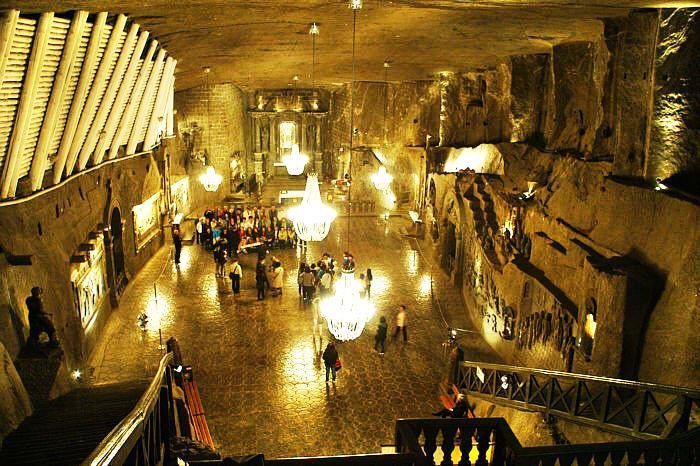 В шахте есть свой концертный зал.