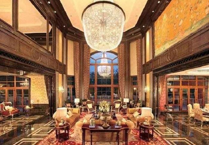 Одна из гостиных 27 этажного частного дома (Антилия, Индия).