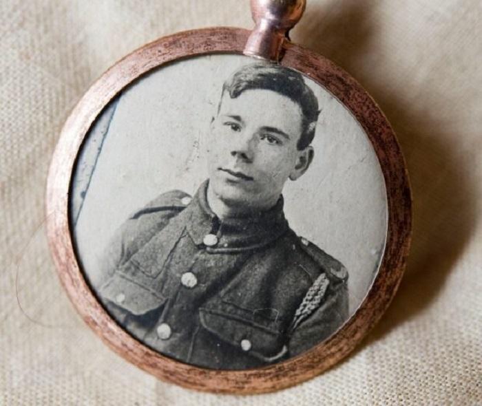 Тед Эмброуз ушел добровольцем на фронт (Медальон 1916 г.). | Фото: bigpicture.ru.
