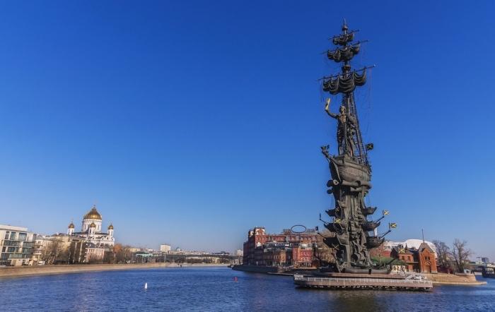 Памятник «В ознаменование 300-летия российского флота» был воздвигнут на искусственном острове (скульптор Зураб Церетели, 1997 г.). | Фото: weatlas.com.