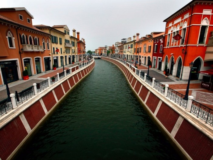 Florentia Village — торговый центр под открытым небом, который имеет сборный образ итальянского населенного пункта (Тяньцзинь, Китай). | Фото: aleksstah.livejournal.com.