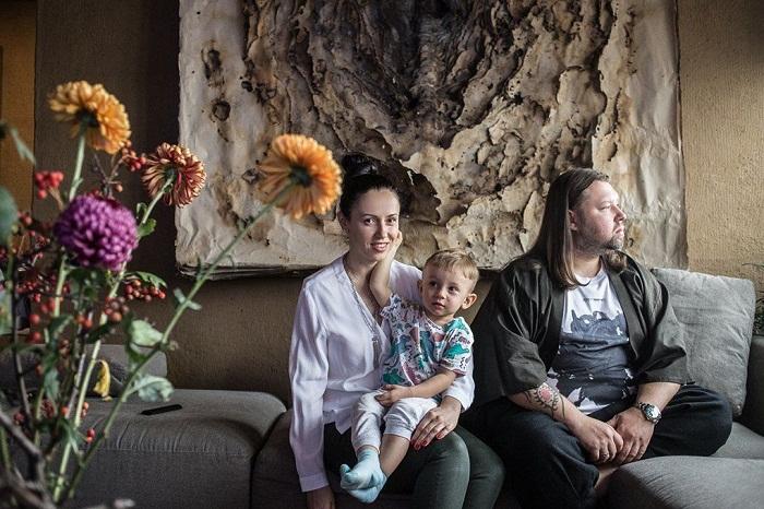 Сергей Махно с женой и младшим сыном в своей квартире.