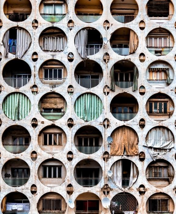 Еще до начала Второй гражданской войны в Бейруте перед балконами многоэтажек устанавливали различные ширмы (фотопроект «A Paradise Lost», Ливан). | Фото: mymodernmet.com/ © James Kerwin.