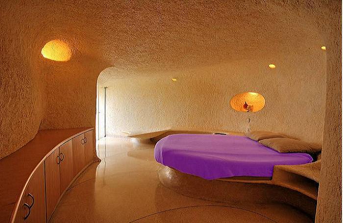 Спальня с огромной кроватью.
