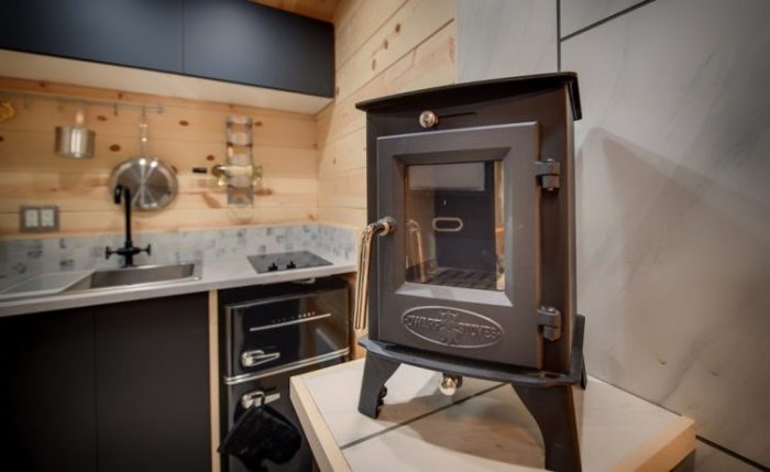 Мобильный дом отапливается электрокамином оригинальной формы (Маленький дом Acorn). | Фото: vzavtra.net.