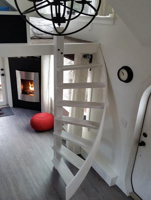 Оформили уютную гостиную с камином.