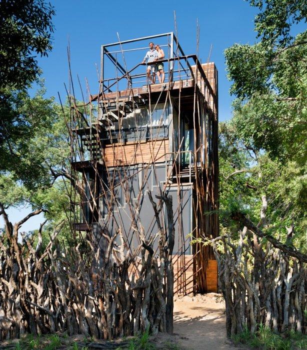 Устроители экстремального отдыха считают, что такой забор может служить надежной защитой от диких животных. | Фото: officiel-online.com.