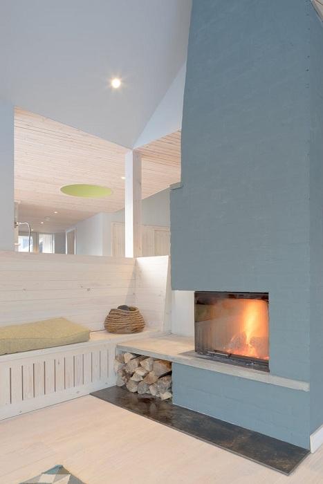 Жилое помещение отапливается с помощью камина (Lochside House, Великобритания). | Фото: bustler.net.