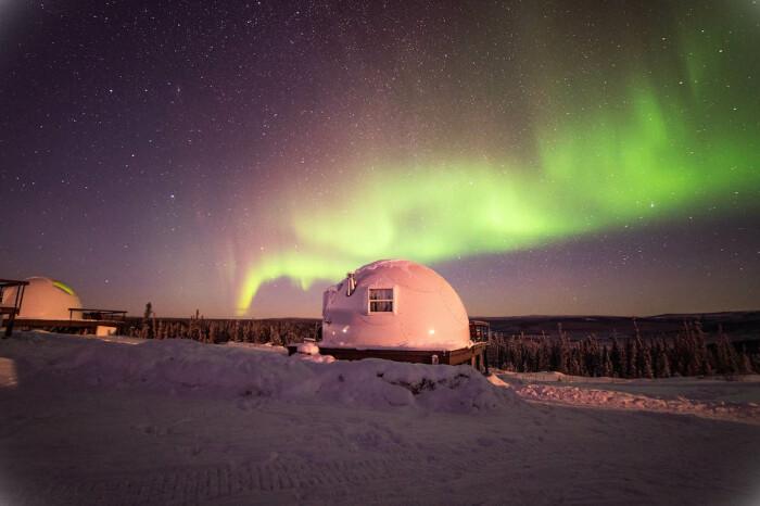 Купольные номера сделаны из высокопрочного стекловолокна и утеплены особым образом (Borealis Basecamp, Аляска). | Фото: mymodernmet.com.