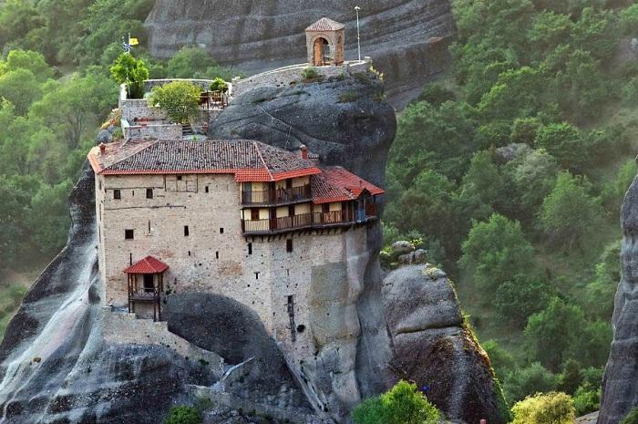 На высоте 600 метром располагается один из монастырей комплекса Метеоры.