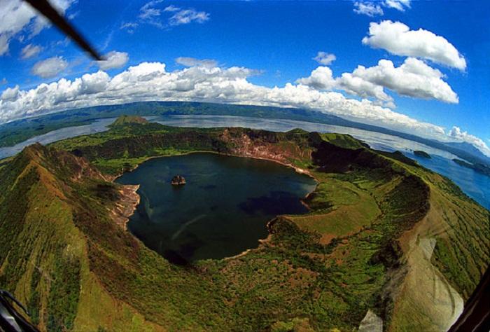 Невероятной красоты остров в озере на острове, на озере.