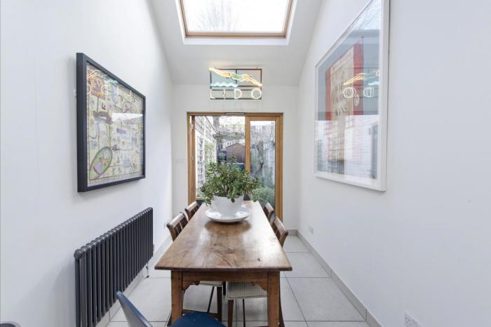 Столовая зона в интерьере узкого дома (Slim House, Англия). | Фото: elmira-abdulman.livejournal.com.
