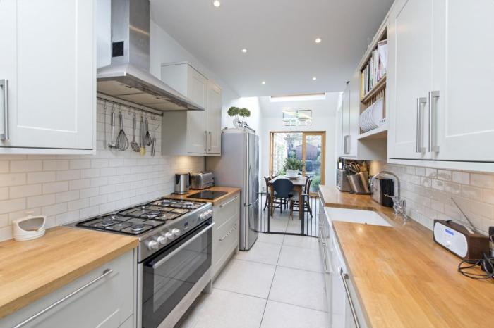 Кухня в Slim House получилась вполне современной и комфортной. | Фото: elmira-abdulman.livejournal.com.