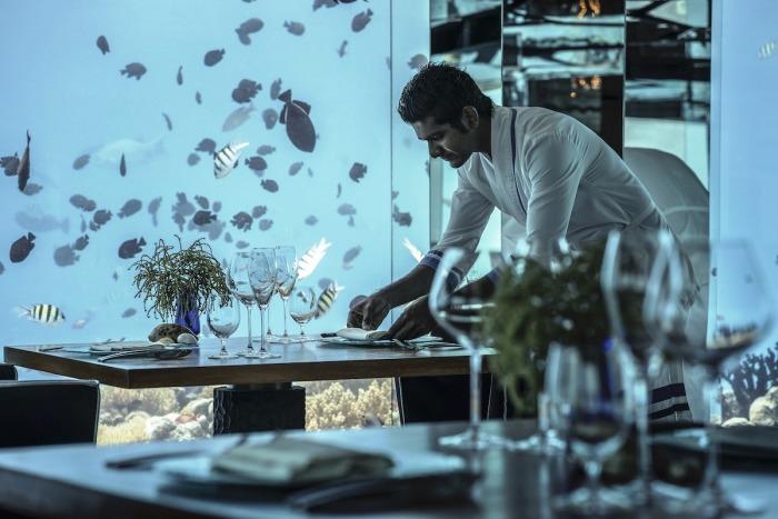 Высокопрофессиональный персонал организует незабываемый отдых (Sea Underwater Restaurant, Мальдивы). | Фото: mydernmet.com.