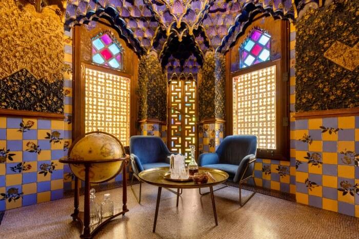 На сон грядущий постояльца ждет бокал вина или коньяк в курительной комнате (Casa Vicens, Барселона).   Фото: David Cardelus.