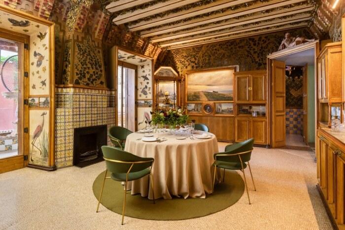 В роскошной столовой сохранился первозданный интерьер (Casa Vicens, Барселона).   Фото: David Cardelus.