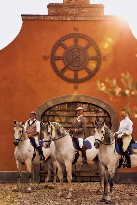 Граф Антонио Больца – новый владелец старинного поместья Castello Di Reschio (Antonio Bolza в центре). | Фото: cntraveller.com.