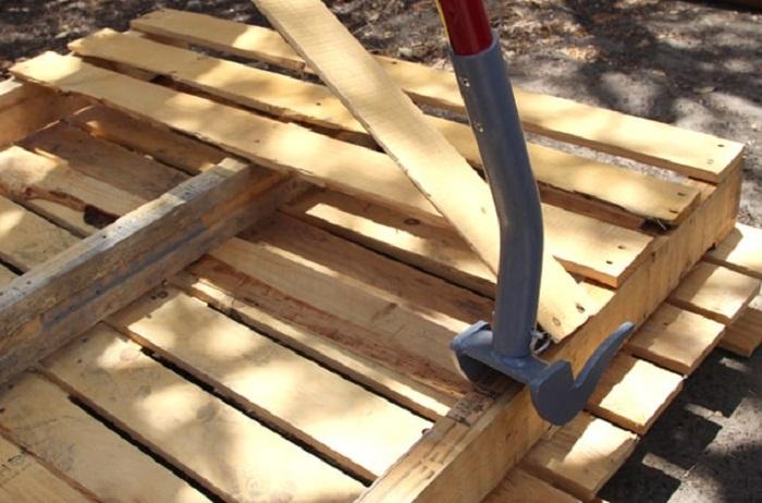 С помощью инструмента для демонтажа Duckbill Deck Wrecker удалось без особых проблем разобрать паллеты и вытащить все гвозди. | Фото: apieceofrainbow.com.