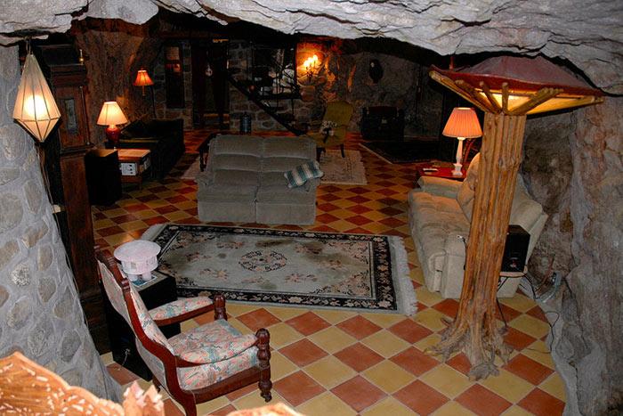 Просторная гостиная находится на нижнем уровне (Аризона, США). | Фото: moidom.boltai.com.