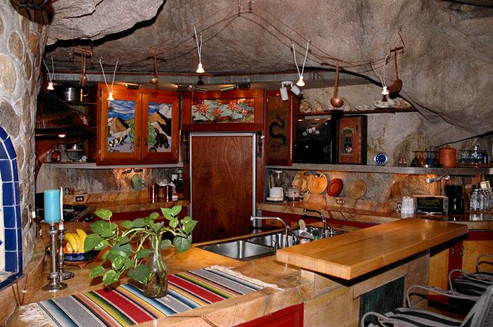 Полностью укомплектованная кухня в пещерном доме (Аризона, США). | Фото: budport.com.ua.