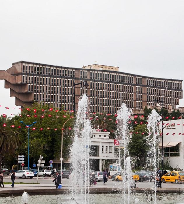 Несмотря ни на что, отель Hotel du Lac остается главным украшением Туниса. | Фото: ideomagazine.com.