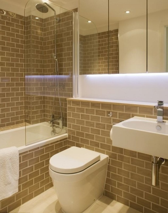 Полноценная ванная комната в узком доме.