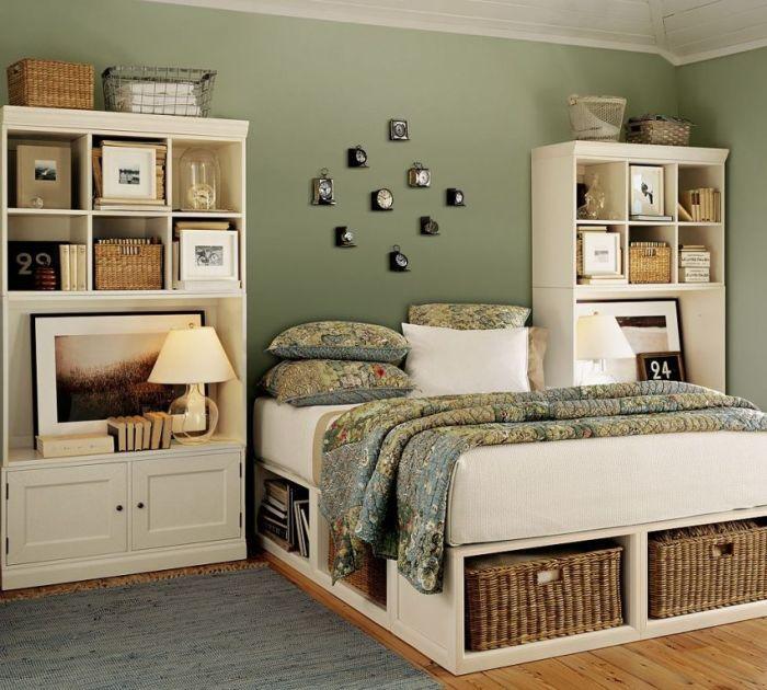 Плетеные корзины под кроватью станут дополнительным украшением для интерьера спальни. | Фото: interior-mc.ru.