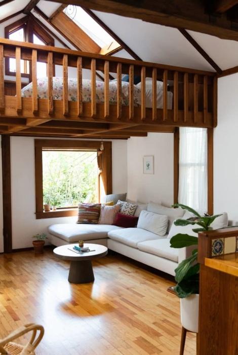 Внешне хлипкая лачуга за своей скромной дверью скрывает особенный интерьер (Сан-Франциско, США). | Фото: apartmenttherapy.com.