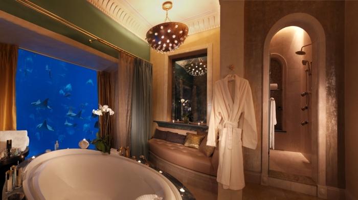 В ванной комнате можно часами расслабляться, наблюдая за морским разнообразием (Atlantis the Palm 5, Дубай). | Фото: maldives.ru.