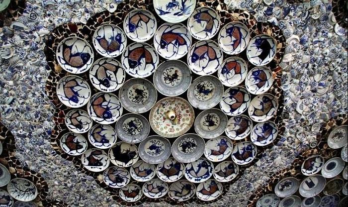 Потолок оформлен фарфоровыми блюдами и мозаикой.