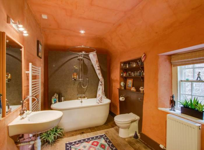 Современное сантехническое оборудование в ванной комнате сделает жизнь вполне комфортной. | Фото: edinburghnews.scotsman.com.