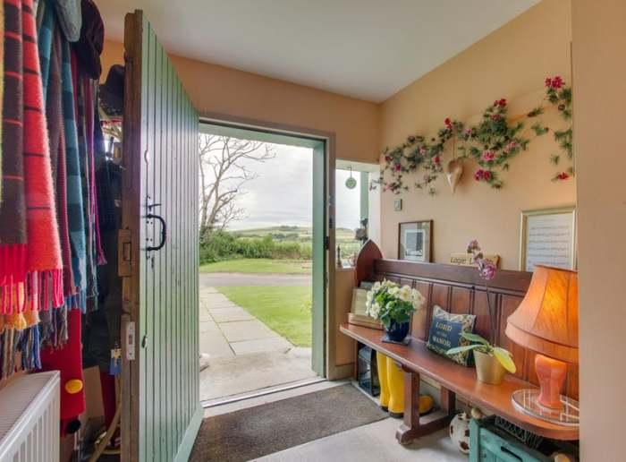 Прихожая старинного дома под стать своеобразному оформлению старинного дома. | Фото: edinburghnews.scotsman.com.