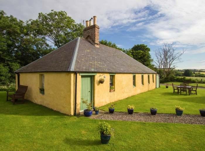 В Шотландии выставили на продажу колоритный глиняный дом, с интересным прошлым и оригинальным интерьером.| Фото: edinburghnews.scotsman.com.