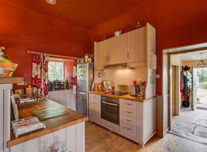 В старинном доме была создана благоустроенная кухня. | Фото: edinburghnews.scotsman.com.