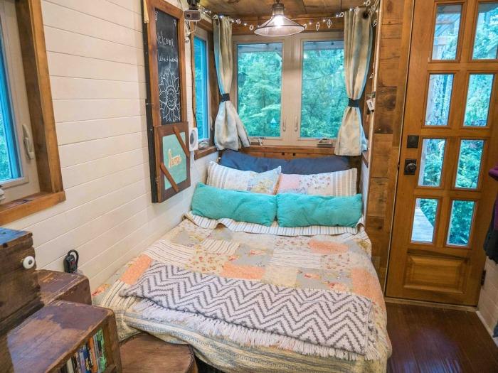 Диван-футон легко превращается в дополнительное спальное место (Tiny House Giant). | Фото: airbnb.ru.