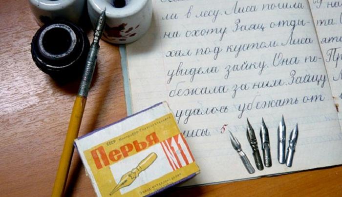 Набор чернильниц и специальных ручек для письма.