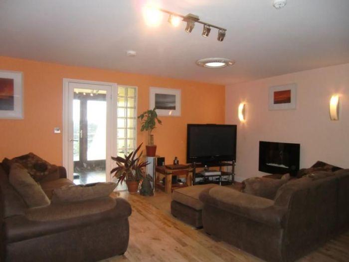 Благодаря стеклянной двери и открытой планировке гостиная получилась очень светлой. | Фото: zoopla.co.uk.
