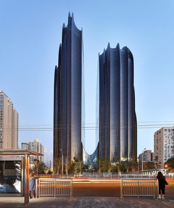 Темные стеклянные фасады привнесли нотку таинственности и особого величия («Chaoyang Park Plaza», Китай). | Фото: realt.onliner.by.