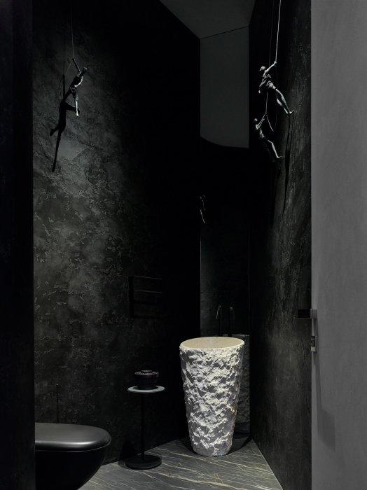 В ванных комнатах преобладает темная палитра, фактурные материалы и массивный декор («Дом в ландшафте», Подмосковье). | Фото: arquitecturaydiseno.es.